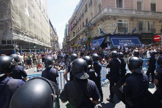 La Policía Bloquea El Acceso A La Puerta De Sol Por Parte De Indignados