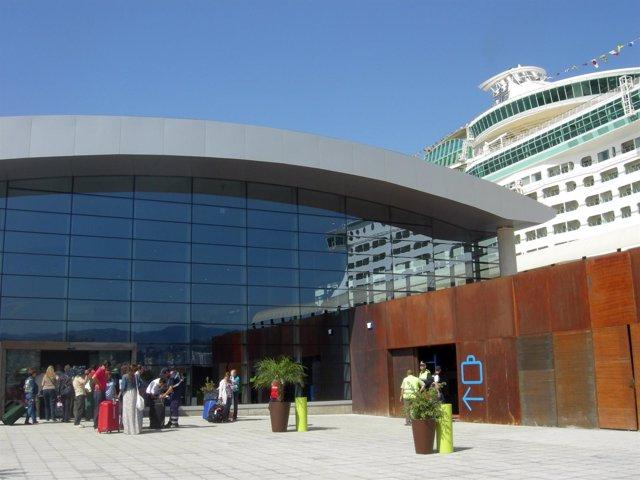 Turistas En La Entrada De La Terminal A