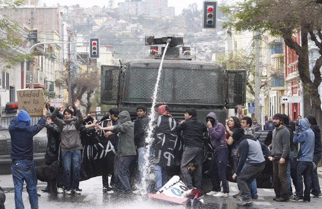 Estudiantes Chilenos Se Manifiestan Contra Las Políticas Educativas Del Gobierno