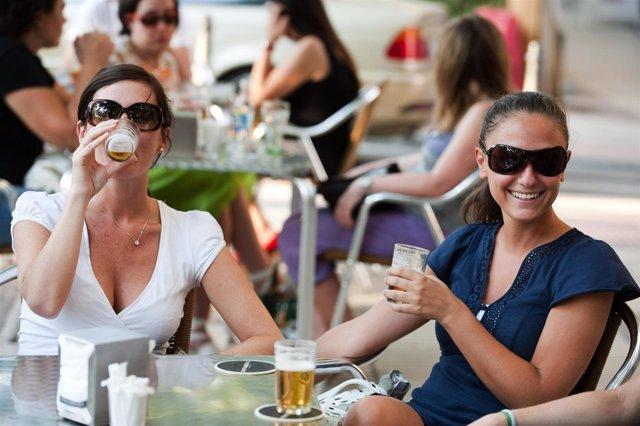 Mujeres consumiendo cerveza