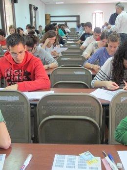 Alumnos Realizando Exámenes De Selectividad