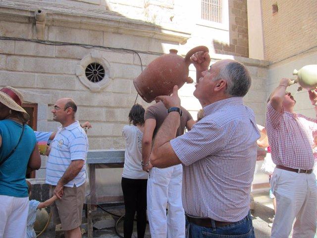 Hombre Bebiendo Del Botijo