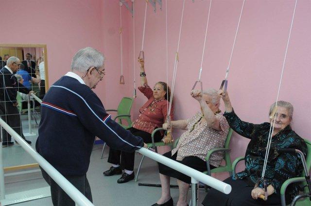 Mayores haciendo ejercicio en un centro de Madrid