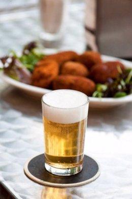 Una Caña De Cerveza Y Una Tapa