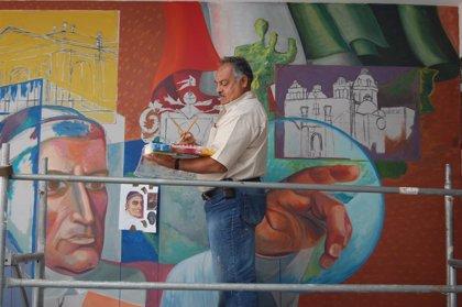 El artista mexicano Martín de la Torre plasma el hermanamiento de Guadalajara y Cigales (Valladolid) en unos murales