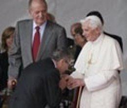 Gallardón Saluda Al Papa Benedicto XVI A Su Llegada A Madrid