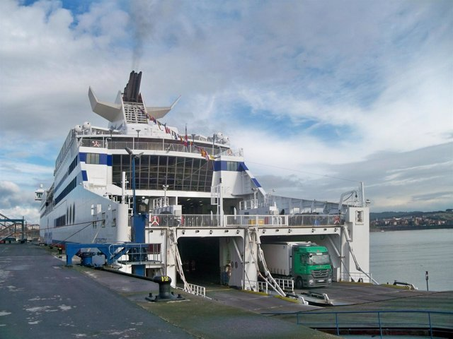 Un ferry en el puerto.
