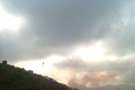 Más de medio millar de personas trabajan en la extinción del incendio forestal en el paraje de Atamaría