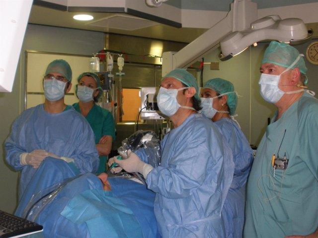 Cirujanos Miran Los Monitores En Una Intervención