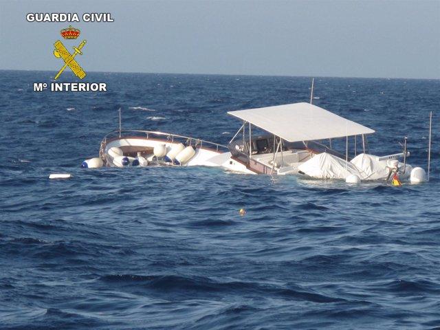 Barca Semi Hundida En Sitges