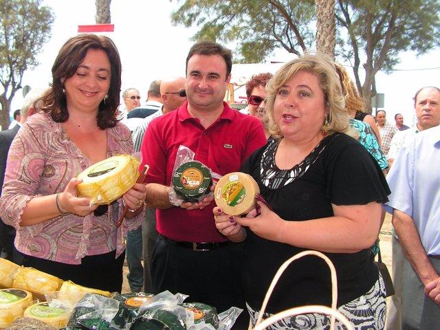 Mar Moreno Y Clara Aguilera En El Mercado Del Queso, En Salobreña