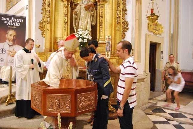 Una Militar Es Bautizada Por El Arzobispo Castrense