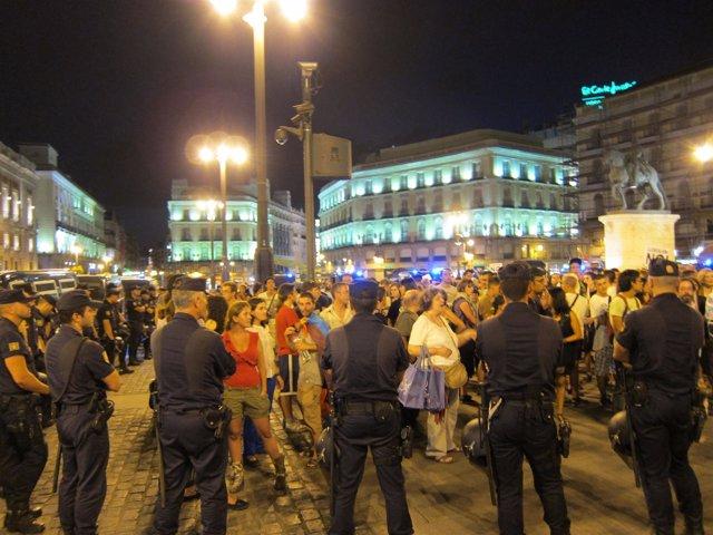 La Policía Controla A Los Manifestantes Laicos En La Puerta Del Sol