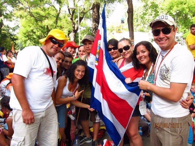 Un Grupo De Peregrinos De Costa Rica Esperan Al Papa