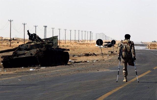 Rebelde Libio Lisiado Junto A Los Restos De Un Tanque De Gadafi