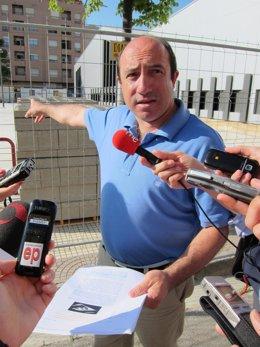 Vicente Urquía Frente A La Biblioteca Azcona
