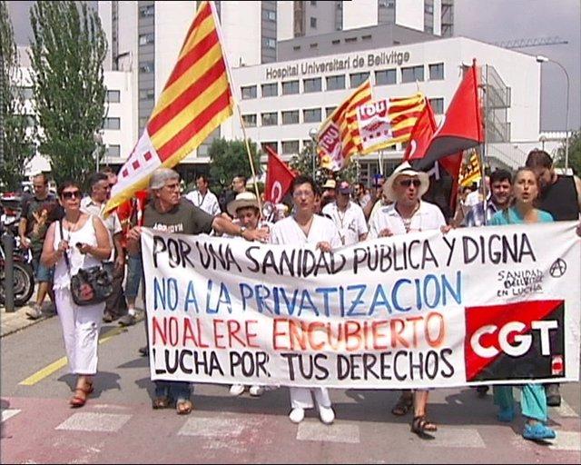 Cien Personas Se Manifiestan En Barcelona En Contra De Los Recortes