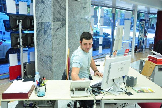 Trabajador en agencia de viaje
