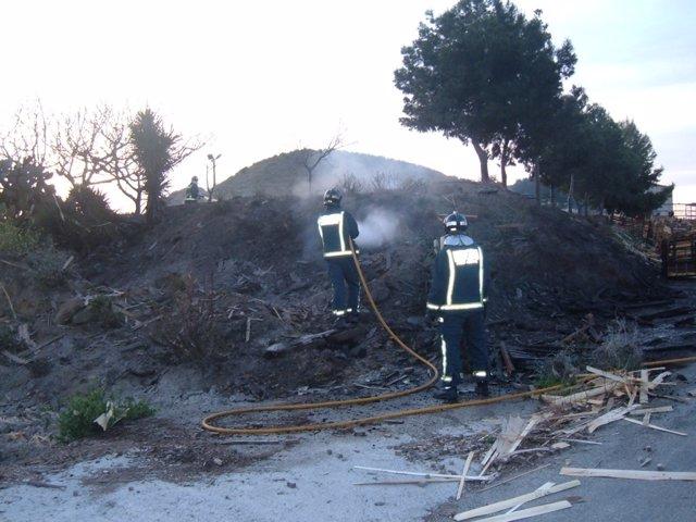 Bomberos Trabajan En La Extinción De Un Incendio