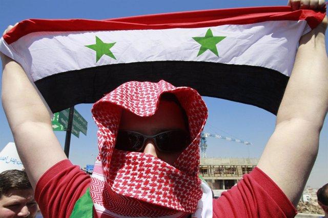Opositor Portando Una Bandera Siria Durante Una Protesta