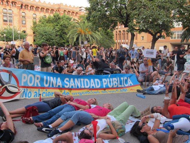 Protesta Contra Los Recortes Ante La Conselleria De Sanidad