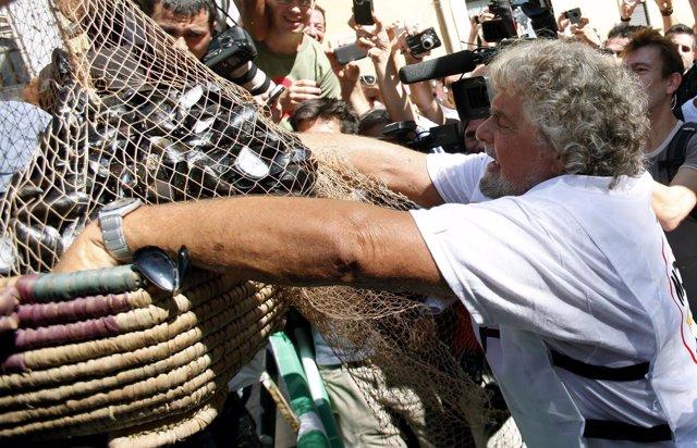 El Cómico Beppe Grillo Arroja Conchas De Mejillones En El Parlamento Italiano