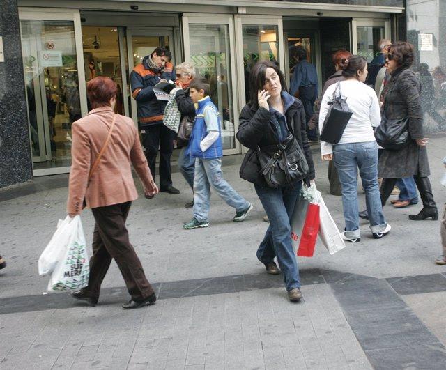 Gente comprando a las puertos de un hipermercado
