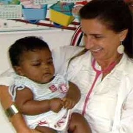 Una Pediatra Y Un Niño