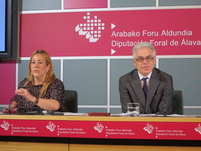 La Diputada Marta Alaña Y El Viceconsejero Jesus María Fernandez