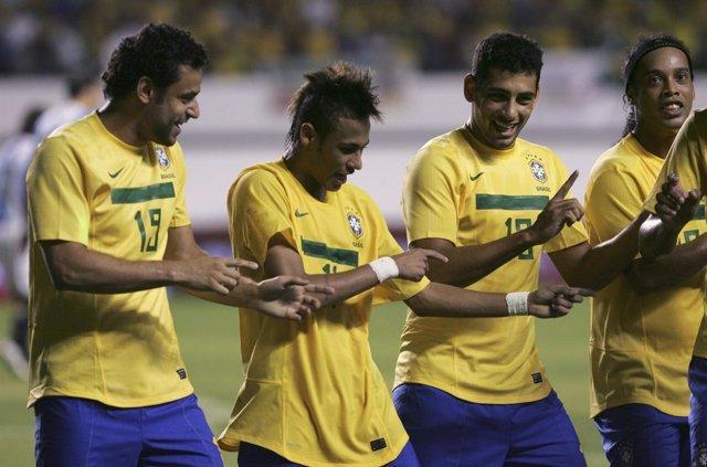 Neymar Celebra El 2-0 Con Sus Compañeros