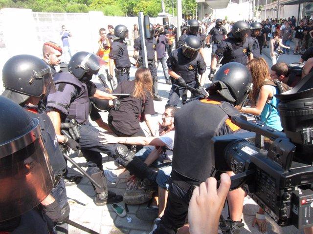 Mossos D'esquadra Cargas Contra Indignados Por El Bloqueo Al Parlament