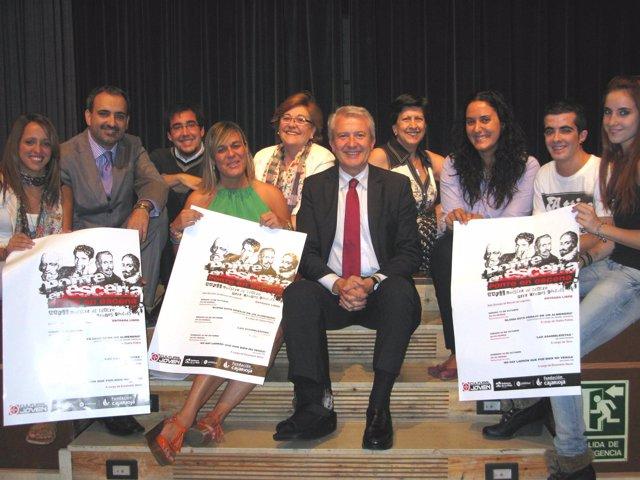 Emilio Del Río Con Los Grupos De Teatro De La XXVII Muestra