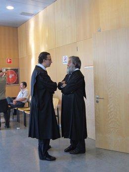Los Abogados Conversan A La Puerta De La Audiencia Provincial