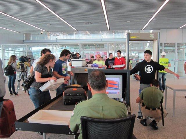 Figurantes Realizan Las Prubas De Seguirad De La Nueva Terminal De Lavacolla