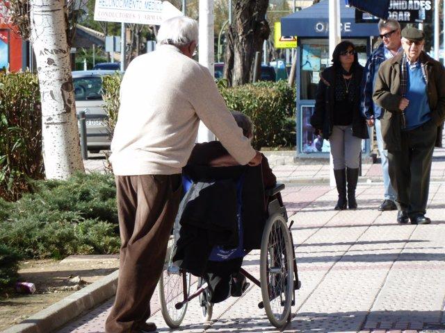 Una anciana en silla de ruedas