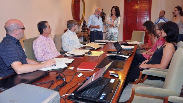Pilar Gracia (Al Fondo, De Pie) Durante La Reunión