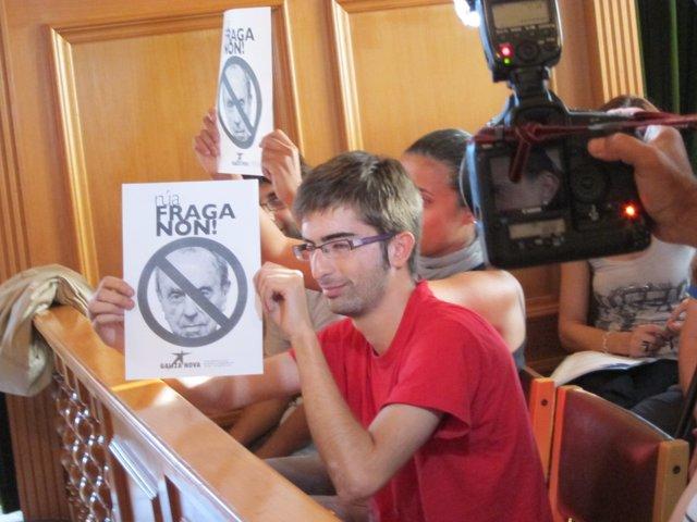 Pancartas De Rechazo Por Parte De Asistentes Al Pleno