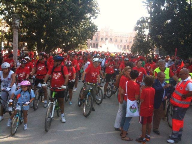 Ciclistas En La Plaza De España Antes De Participar En 'Pedaladas De Vida'