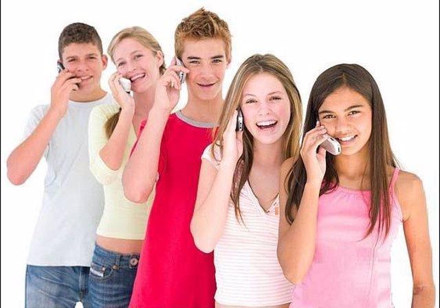Adolescentes hablan por su teléfono móvil