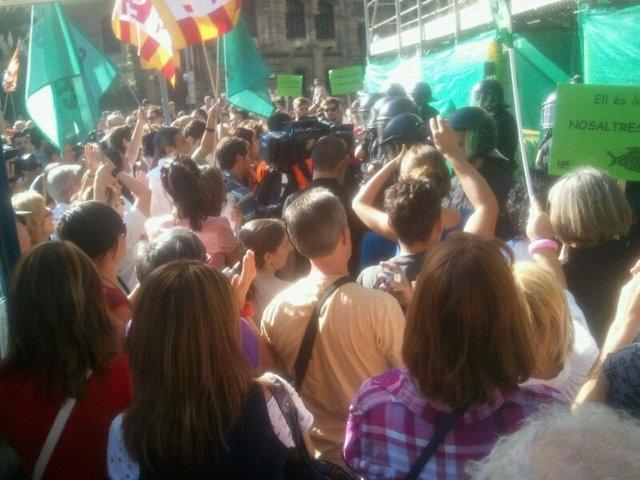 Profesionales Sanitarios Protestan A Las Puertas Del ICS