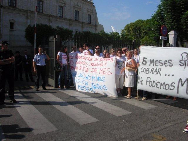 Trabajadores Del Ayuntamiento De Valverde Se Manifiestan En El Parlamento.