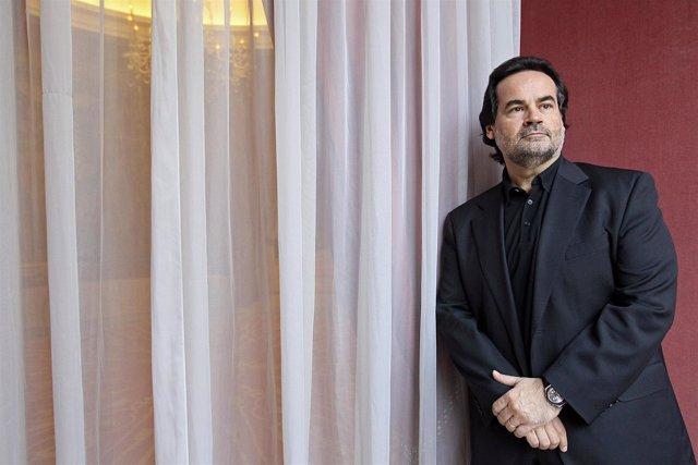 El tenor José Bros posa en la presentación de 'Werther'