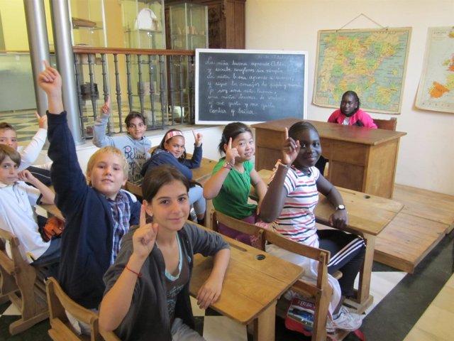 Alumnos Visitan Exposición De Escuela Hace 50 Años