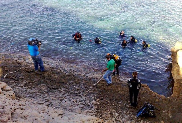 Trabajos De Retirada De Los Residuos En La Isla De Benidorm