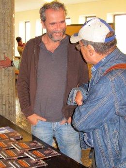 Willy Toledo Dialoga Con Un Hombre Durante La Presentación De Su Libro