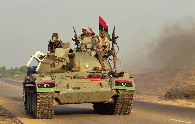 Combatientes Del CNT Libio Marchan Hacia El Frente Sobre Un Tanque