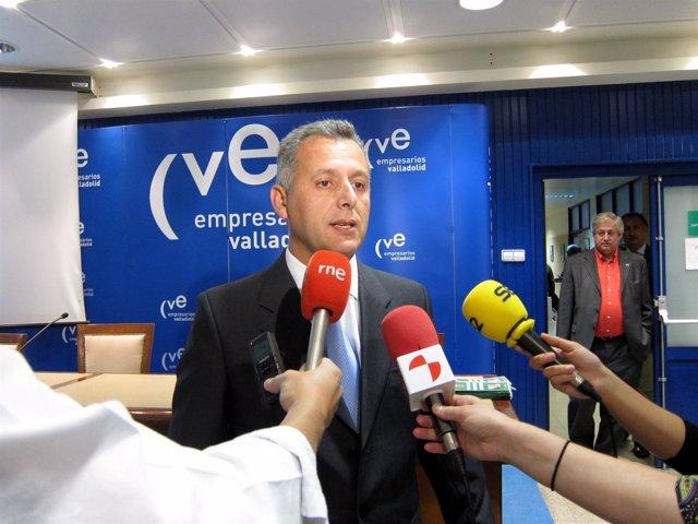El Arquitecto Gregorio Alarcia Y De Fondo El Presidente De La CVE