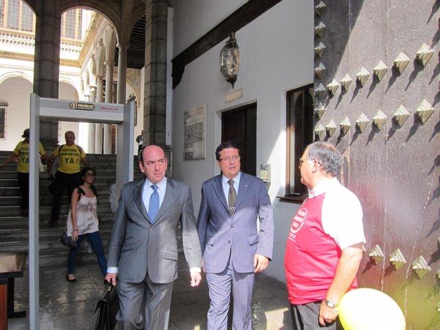 El Juez Serrano Con Su Abogado A La Salida De Juicio En TSJA