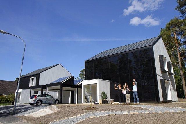 La Familia Lindell Saluda Desde Su Casa Sostenible En Suecia