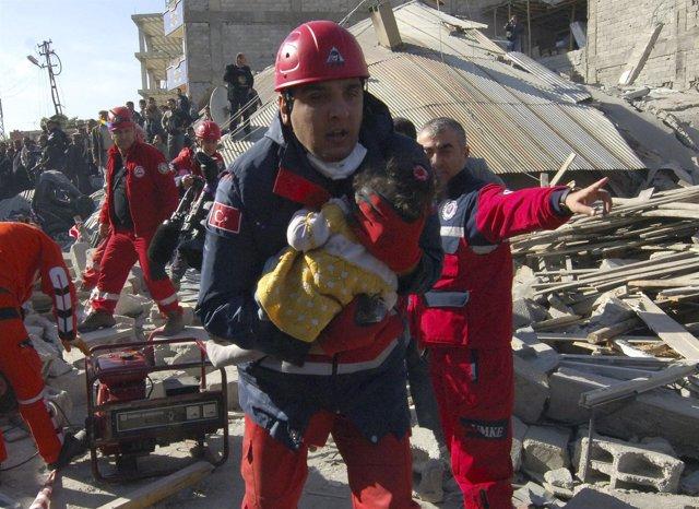 Los Equipos De Rescate Turcos Sacan De Entre Los Escombros A Una Niña